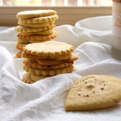 Saffron and cardamom cornmeal cookies