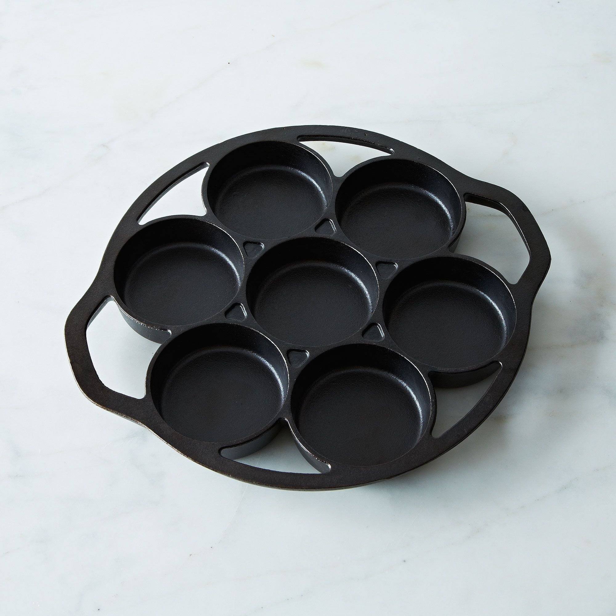 77b29b44-c0d3-4cc6-a8aa-a04ba4fc1eac--2014-0113_jes-restaurant-supply_lodge-cast-iron-drop-biscuit-pan-005