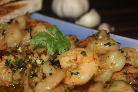 Gambas al pil pil : CHILLI-GARLIC PRAWNS IN OLIVE OIL