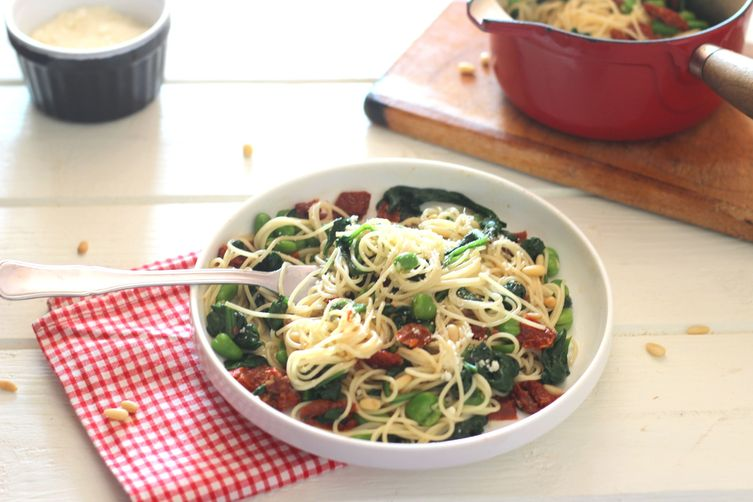 Spinach, beans and dried tomatoes spaghettis