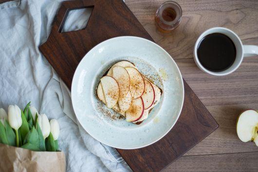 Maple-Cinnamon Greek Yogurt Hummus Toast & Apples