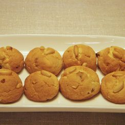 Christmas pinenut and golden raisins cookies