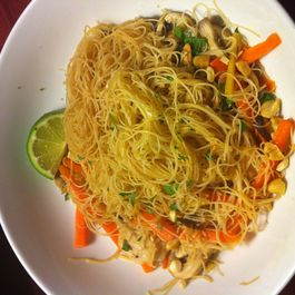 Vermicelli noodles with ginger, chicken and vegetables