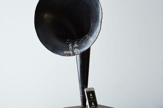 Antique Horn & Wood Acoustic Amplifier