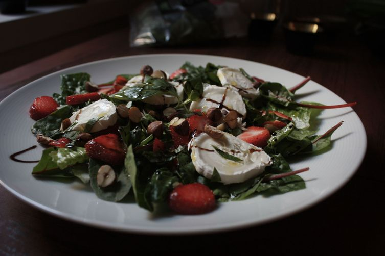 Strawberries and goat's cheese salad