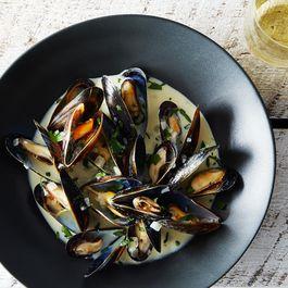 Mussels Dijonnaise (Steamed Mussels with Mustard Sauce)