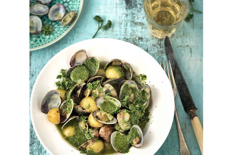 Clams, potatoes and green sauce