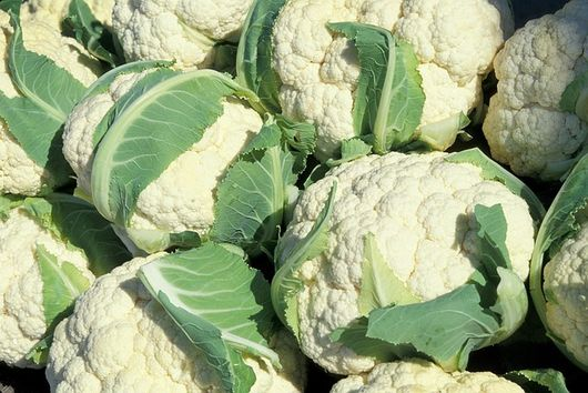 Lamb salad served on cauliflower