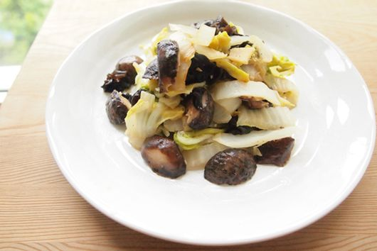 Quick Stewed Shiitake & Winter Cabbage