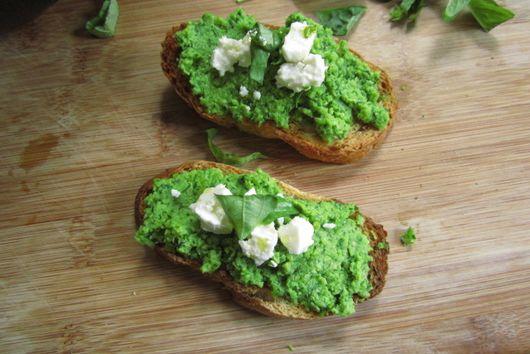 Healthy green peas spread.