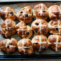 How to Make Hot Cross Buns for Easter