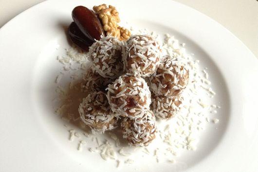 Date & Walnut Snowballs (vegan & refined sugar free)