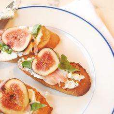 Fig, Goat Cheese, and Prosciutto Crostini