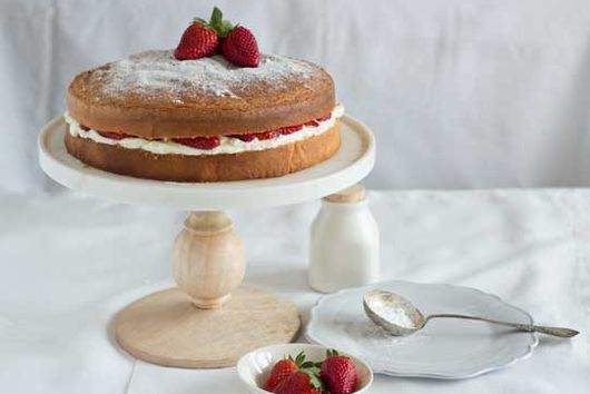 Strawberry & Cream Sandwich Cake (torta genovese con fragole e panna montata)
