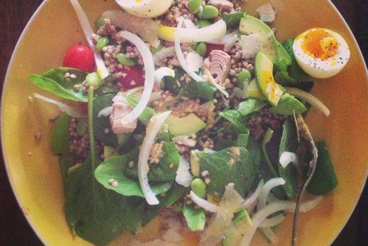 Salad with buckwheat and tuna with hummusy-mustardy dressing