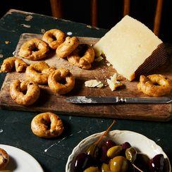 Cross a Tiny Bagel with a Pretzel for an Addictive Italian Snack