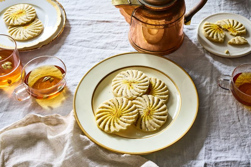 Even without date filling or pistachios, simple nan-e berenji are quite delectable (and stunning!).
