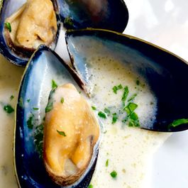 Garlic & White Wine Mussels (Moules Mariniére)