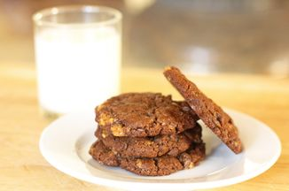 9dcbd8c2-a4af-4383-a2b6-388070689f13.chocolate_almond_toffee_cookies_550