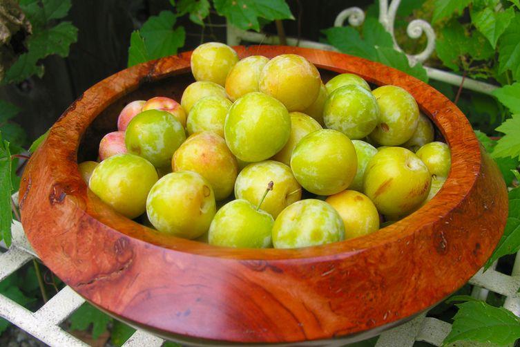 "Golden Plum Kir Royale ""Bowle,"" A Fruity Summer Wine Drink"