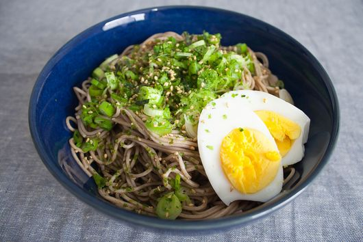 Cold Japanese Soba Noodles with Green Onion