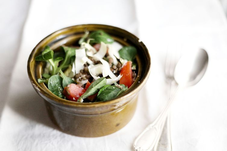 Lentils, endives, lamb's lettuce, tomatoes and feta salad