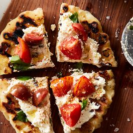 06e8370a e201 4892 97c6 4ef198a34cab  2016 0822 speedy romeo s grilled pizza with marinated tomatoes and ricotta mark weinberg 189