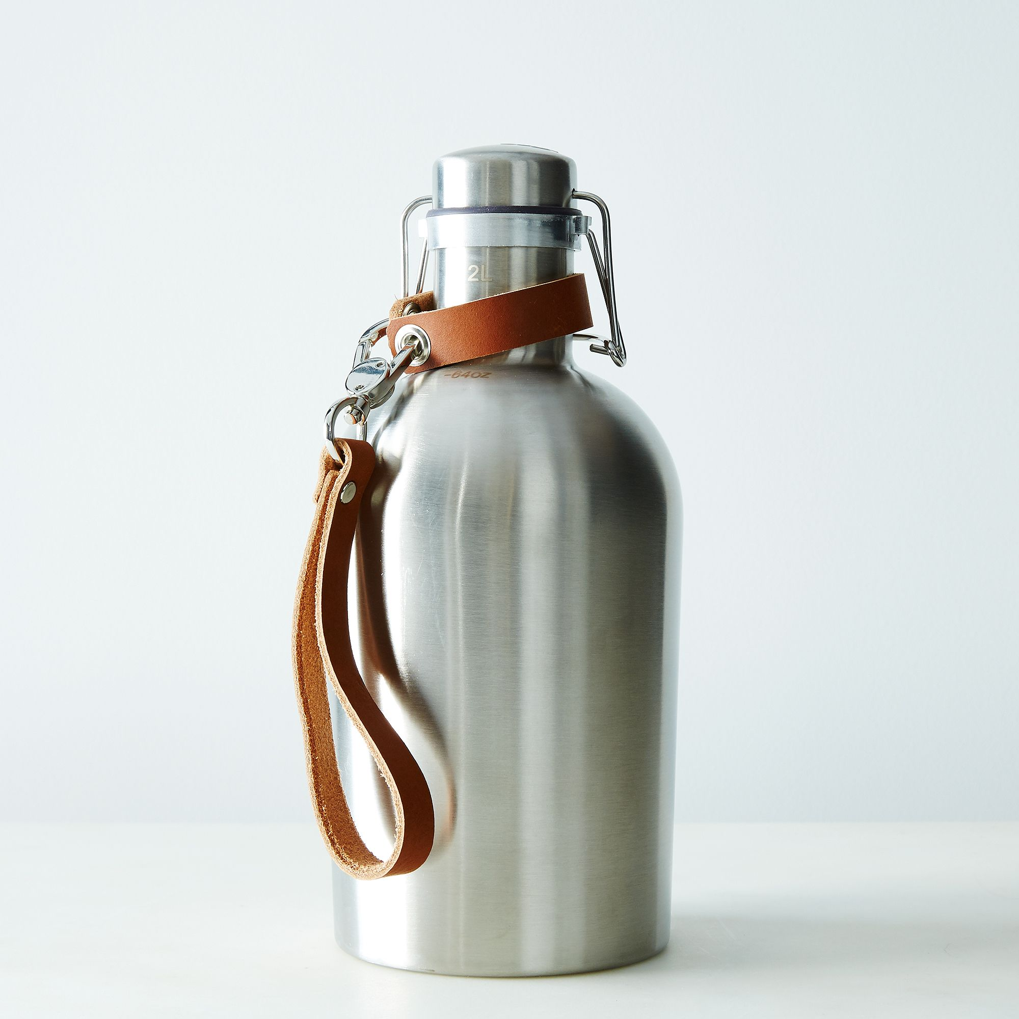 7562d605 120c 4d43 89fa d1d14eeec01f  2015 0316 pedal happy stainless steel growler with strap handle light brown silo 014