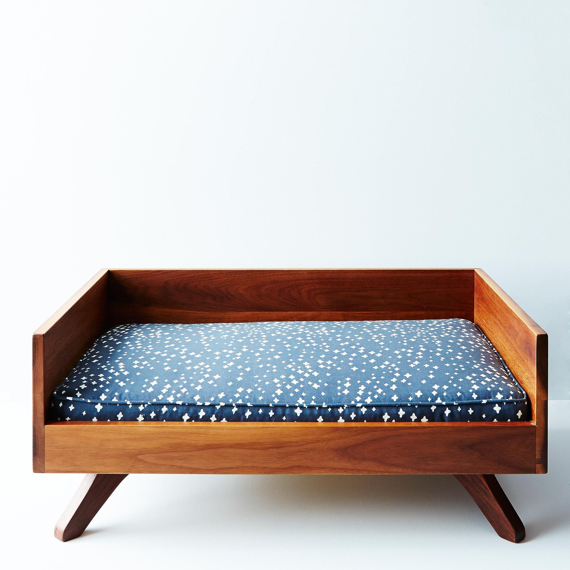 5e9cd006 b11d 4408 ae88 1272cc8949de  2014 1027 eat sleep fetch mid century modern dog bed 003