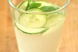 67902153-2717-4965-808b-21e6367613df.elderflower_saft_with_cucumber_and_mint