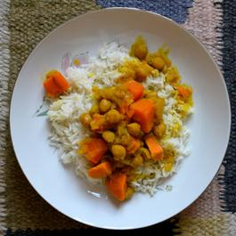 Comforting, Flavorful Sweet Potato Curry (with Apples and Chickpeas)