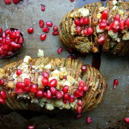 69dc16bc 5358 4c55 9f2e 8ff6e853907c  gorgonzola and pomegranate hasselback potatoes 001