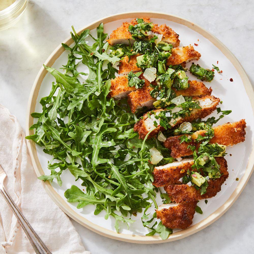Crispy Chicken Schnitzel mit Zitronen-Avocado-Relish & Garlicky Grünen