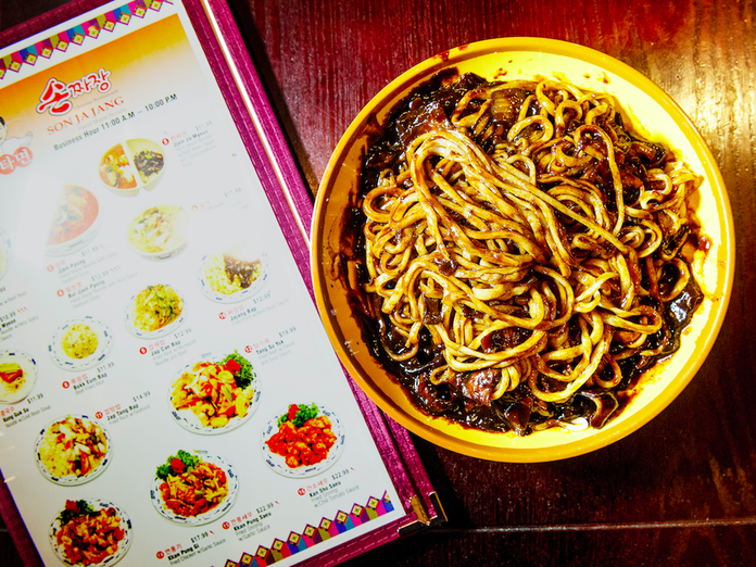 This Woman in China Might Have the Least Sad Desk Lunch in the World