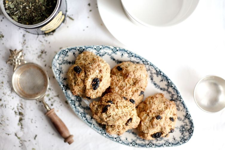 Oatmeal, whole wheat flour and raisins scones
