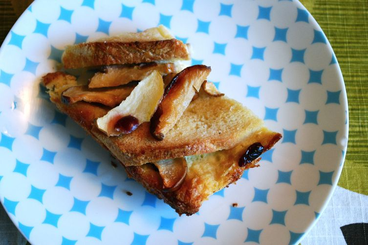 bread pudding with apples and dried cranberries