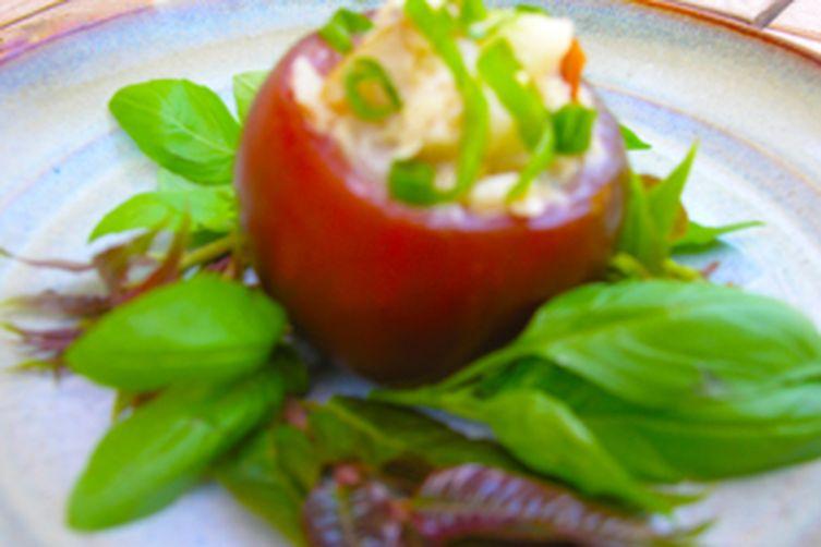 Kumatoes stuffed with basil chicken: a Thai-styled light salad without any mayo