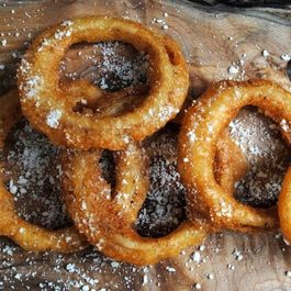 BEER-BATTERED ONION RINGS with Dunkeroo