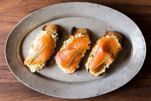 Dinner Tonight: Smoked Salmon Buttered Toasts + Green Beans