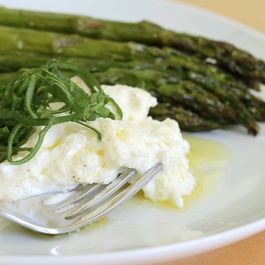 8897cd38-968c-4c0b-a360-4f5cb71c4f49.asparagus_and_burrata_with_fork_llr