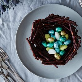 25320938-7900-4cc4-96c8-7bc4a4a6e1c3--2015-0324_chocolate-covered-pretzel-easter-basket_bobbi-lin_0302