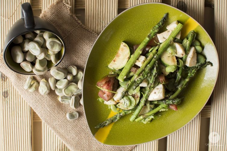 Asparagus with fava beans and mozzarella