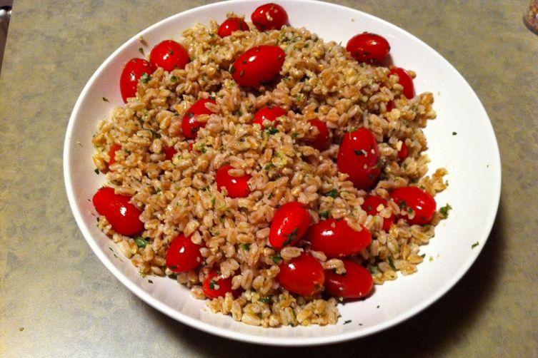 Farro salad with fake pesto and cherry tomatoes