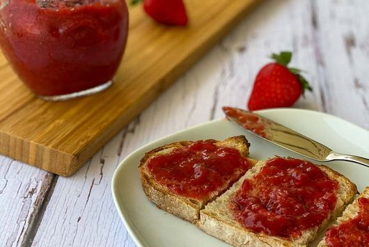Strawberry Rhubarb Jam (Low-Sugar)