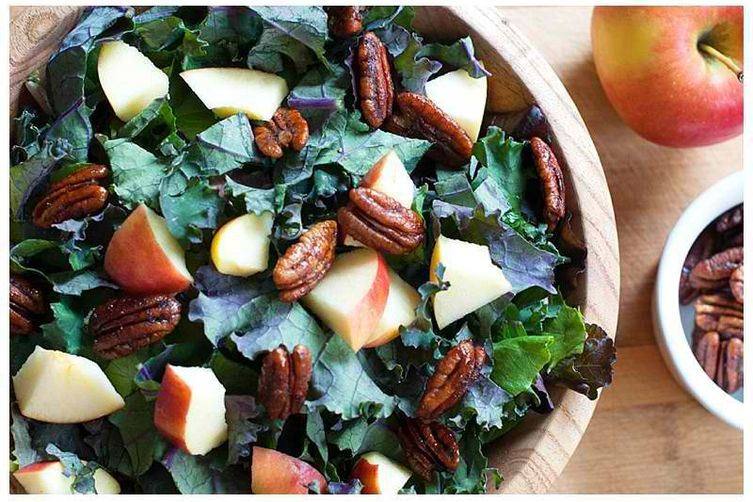 Kale, Apple & Pecan Salad with Spirulina – Hemp Dressing