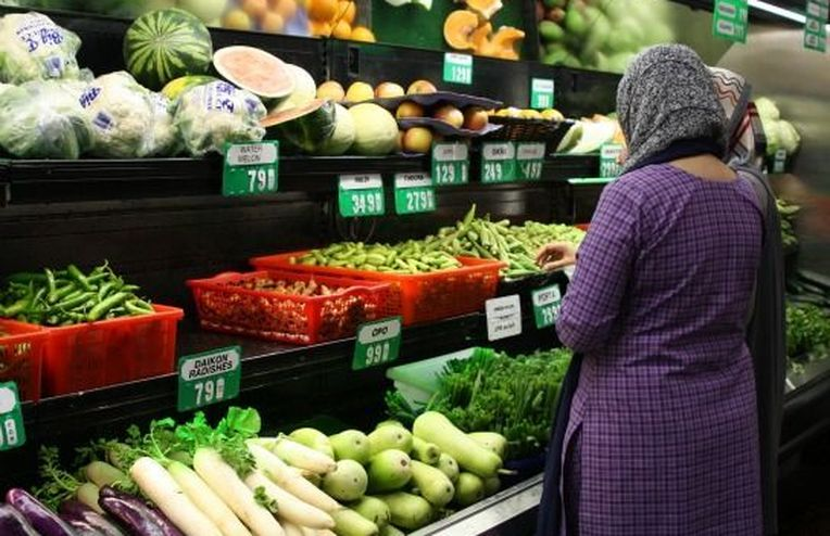 Liyna and Anum's Big Feast: Shopping for Spices