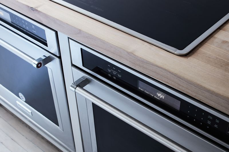 New ovens and cooktop looking shiny (waiting to be splattered by zealous cooking!).
