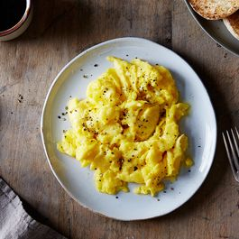 Bbded128-0b26-4baa-bbbd-938582a1b3c3--2015-0427_how-to-make-genius-scrambled-eggs_mark-weinberg_0253