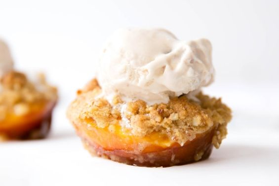 Peaches with oatmeal almond crumble