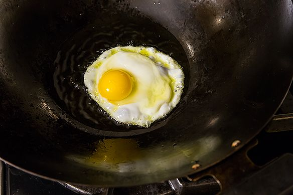 Wok frying egg